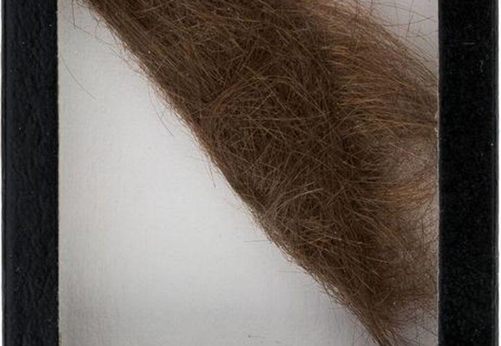 Un peluquero alemán le cortó el mechón de cabello a John Lennon cuando iba a filmar una película. (AP)