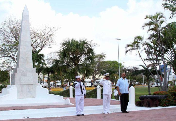 El contraalmirante Juan Espinoza Orozco; y el secretario general del Ayuntamiento, Rafael del Pozo Dergal, en el acto de conmemoración. (Redacción/SIPSE)