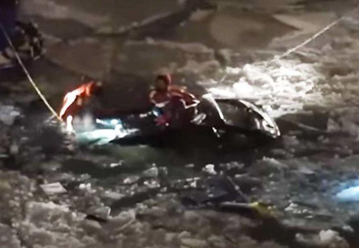 Imagen del momento del rescate de la mujer en el río Moscova. (Captura de pantalla/YouTube   mad masha)