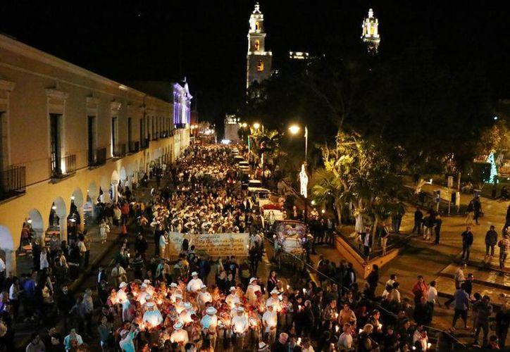Imagen de la tradicional callejoneada en la que participaron más de un centenar de trovadores, quienes rindieron honor a la capital yucateca. (Milenio Novedades)