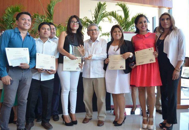 Estudiantes ganadores de un concurso de juicio oral, convocado por el Tribunal Superior de Justicia del Estado de Yucatán, recibieron reconocimiento y premios. (Oficial)