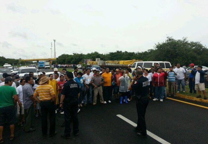 El bloqueo de los docentes duró aproximadamente una hora. (Edgardo Rodríguez/SIPSE)