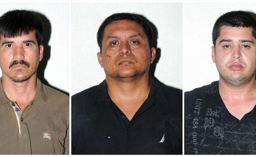 Miguel Ángel Treviño Morales (centro), junto a otros líderes zetas arrestados en México: Ernesto Reyes García, (i) y Abdon Federico Rodríguez García.