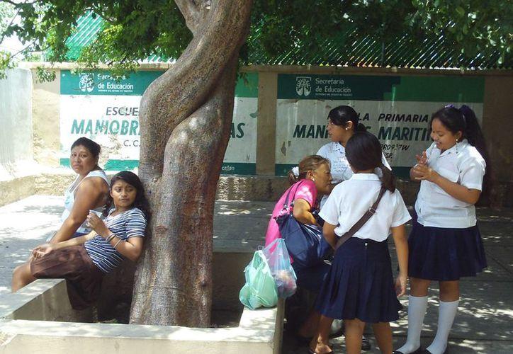Numerosas madres de familia acudieron de última hora a tiendas y papelerías buscando lo que necesitaban sus hijos para retornar a clases. (Manuel Pool/SIPSE)