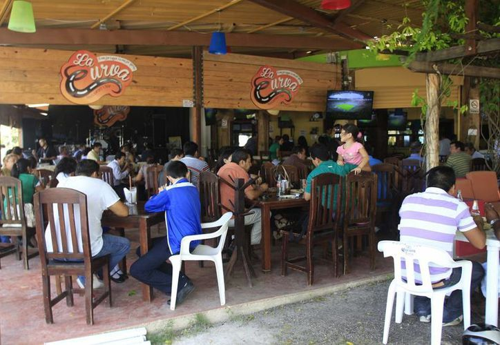 Los restaurantes esperan que el 14 de febrero su actividad repunte al 60%, ya que el Carnaval no les deja ganancias. (Harold Alcocer/SIPSE)