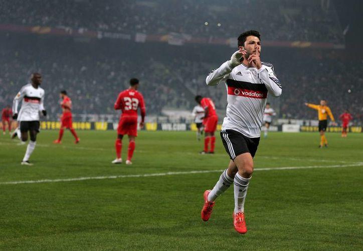 Tolgay Ali Arslan celebra el gol que dio al Besiktas la victoria por 1-0 y el pase a octavos de final de la Europa League frente a un Liverpool timorato. (Foto: AP)