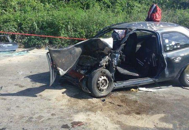 El conductor del Chevy terminó prensado al interior de su vehículo después de chocar contra un camión repartidor de refrescos. (Redacción/SIPSE)