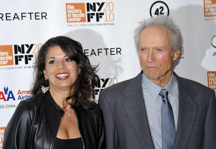 Clint Eastwood y Dina Marie en foto de octubre de 2010 en el Premier de Hereafter, en Nueva York. (Foto: AP)