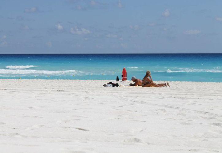 En caso de una eventualidad atmosférica se pudiera perder hasta el 20% de playas en Cancún. (Jesús Tijerina/SIPSE)