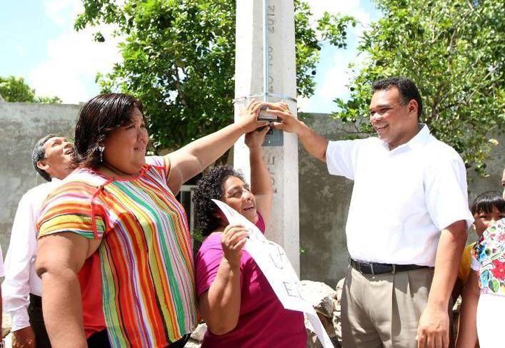 Ayer, el gobernador Rolando Zapata inauguró la ampliación de la red eléctrica en las comisarías de Sierra Papacal y San Matías Cosgaya del municipio de Mérida. (Cortesía)