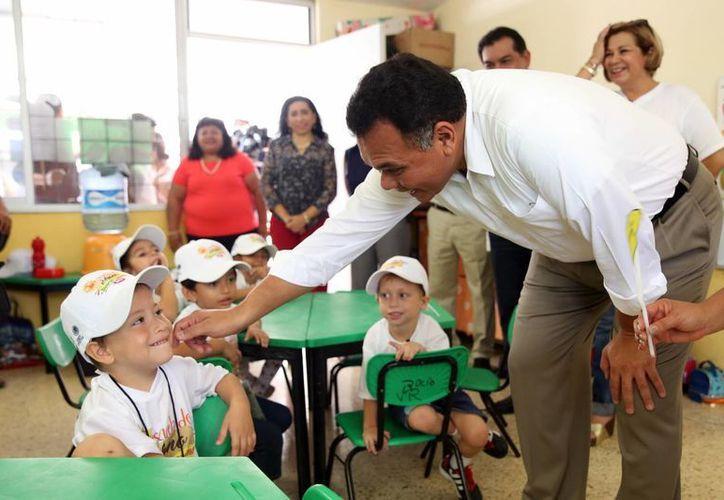 Rolando Zapata Bello visitó una de las sedes en donde convivió con los menores. Entre las actividades que practican figuran arte y cultura, matemáticas, lectura y escritura.  (Milenio Novedades)