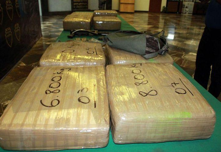 En Jalisco y les fueron decomisados 74 kilos de marihuana y un fusil de asalto AK-47. (Notimex)