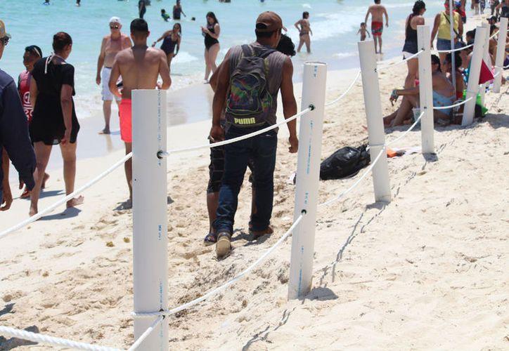 """Los concesionarios colocaron cercas y otras estructuras para delimitar """"su playa"""". (Adrián Barreto/SIPSE)"""