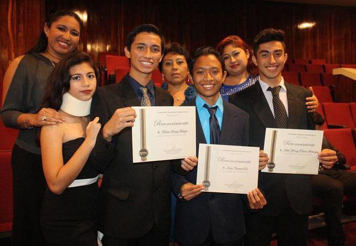 La Asociación de Tae Kwon Do de Yucatán efectuó su festival anual para premiar a los mejores taoínes de 2015. Imagen de los galardonados. (Milenio Novedades)