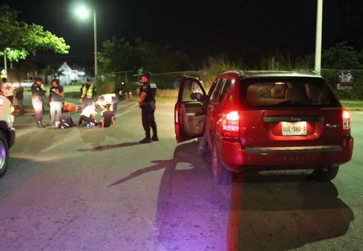 La mujer y sus acompañantes derraparon seis metros sobre el pavimento. (Foto: Redacción/ SIPSE).