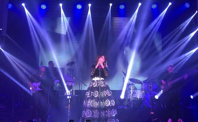Lucía Méndez, cautiva a fans con concierto en Guatemala.