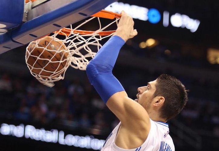 Nikola Vucevic, del Magic, hunde la pelota en partido contra Grizzlies de Memphis. (Foto: AP)
