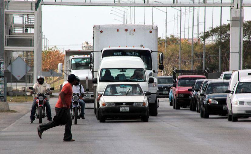 Muchas personas arriesgan su vida cada día ante la necesidad de cruzar a pie el Periférico de Mérida. (Novedades Yucatán)
