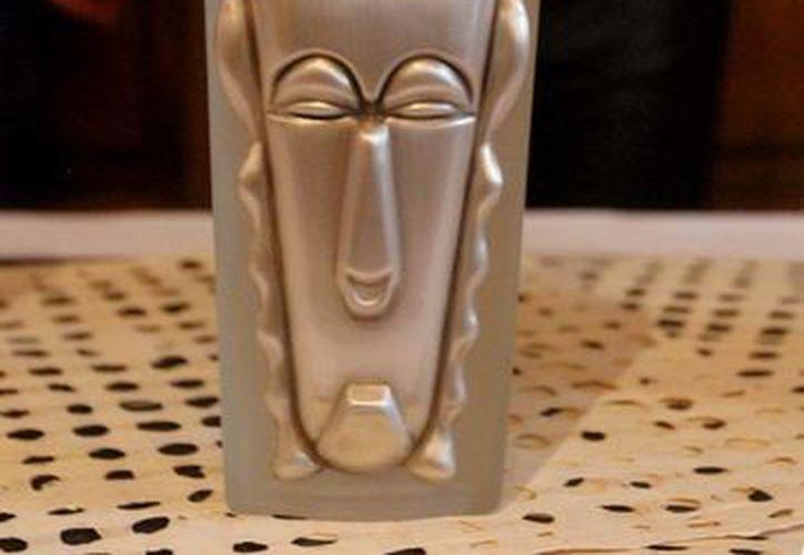 """Primera botella de arte-objeto de mezcal """"Meshico"""", considerada por el """"Guinness World Record"""" como la más fina, cara y exclusiva en el mundo. (Foto: Notimex)"""