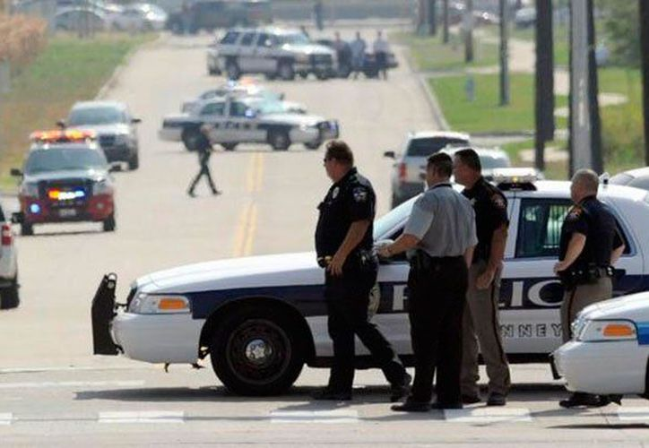La policía confirmó que un miembro de los cuerpos de rescate resultó lesionado . (Info7)