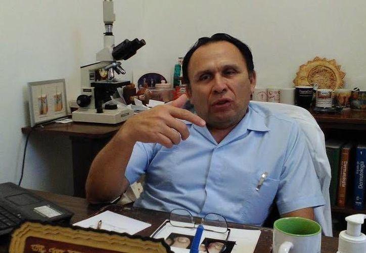 José Cerón Espinosa, director del Centro Dermatológico de Yucatán. aseguró que las quemaduras por exposición solar se pagan caro, ya que el envejecimiento lo produce la radiación ultravioleta del sol. (Milenio Novedades)