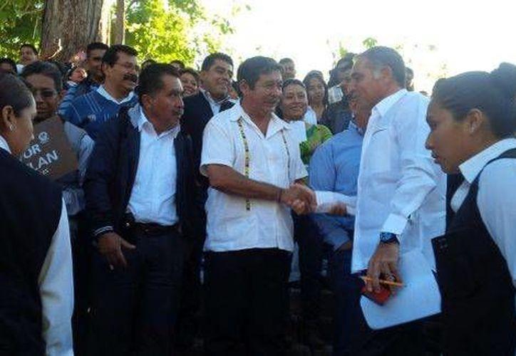El gobernador de Oaxaca, Gabino Cué (i), saluda al dirigente  de la sección 22 de la CNTE, Rubén Núñez. (Milenio)