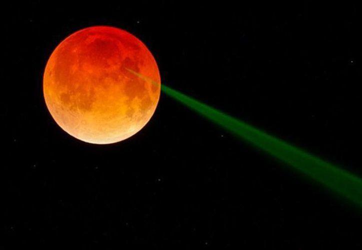 En una fotografía, la NASA captó un haz de luz verde durante el eclipse lunar de la semana pasada. (actualidad.rt.com)