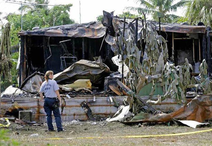 La avioneta se precipitó en una zona con decenas de casas rodantes. El desastre pudo ser mayor, indican autoridades. (AP)