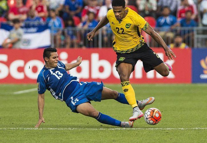Gareth McCleary, de Jamaica (d) se enfrenta deportivamente a Alexander Larin en partido de Copa Oro ganado por los caribeños a los centroamericanos. (Foto: AP)