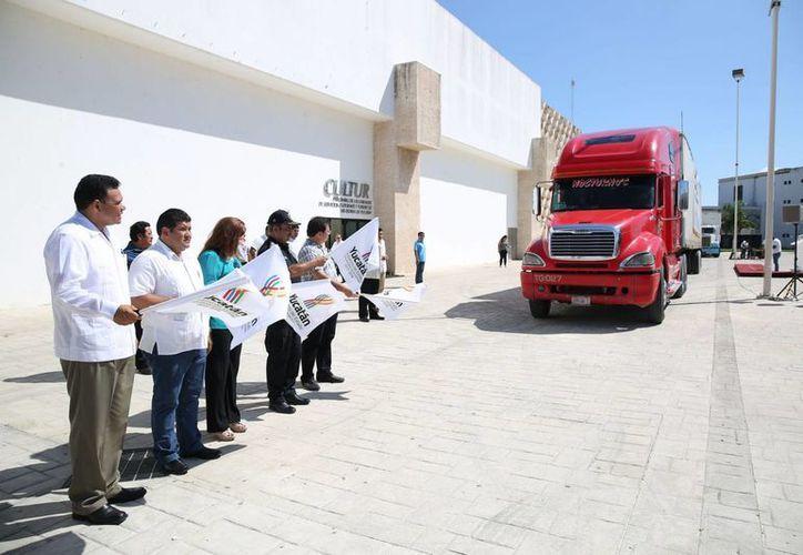 En el Siglo XXI se realizó el banderazo de salida del convoy de alimentos y apoyo a veracruz. (Cortesía)