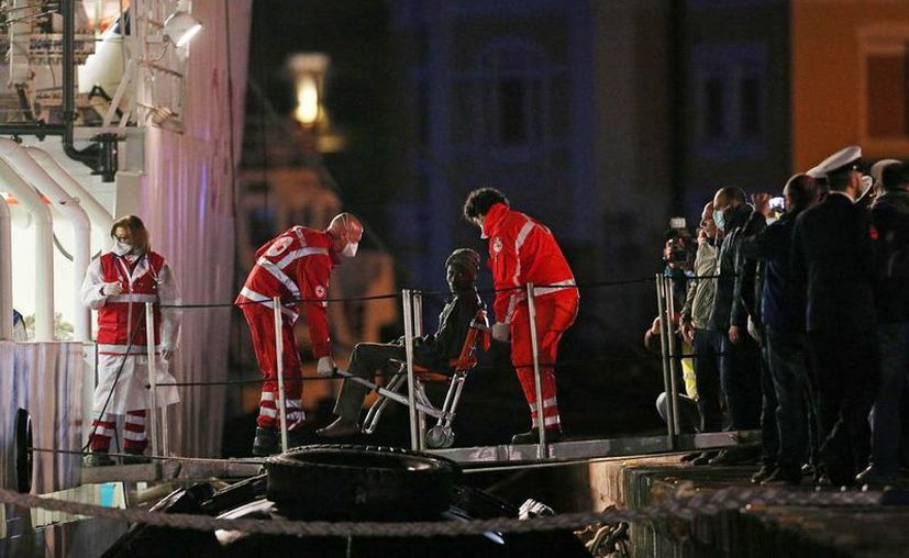 Miembros de la guardia costera italiana con un superviviente de un naufragio. Informaron el rescate de 414 inmigrantes. (EFE/Archivo)