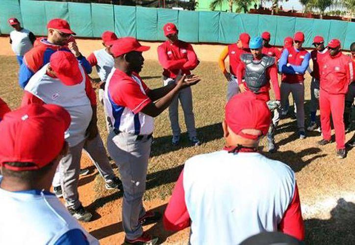 Los peloteros cubanos están convencidos de que este partido podría ser el inicio de un futuro en Grandes Ligas, si llegase a su final el embargo comercial entre Cuba y Estados Unidos. (Fotos de EFE y AP)