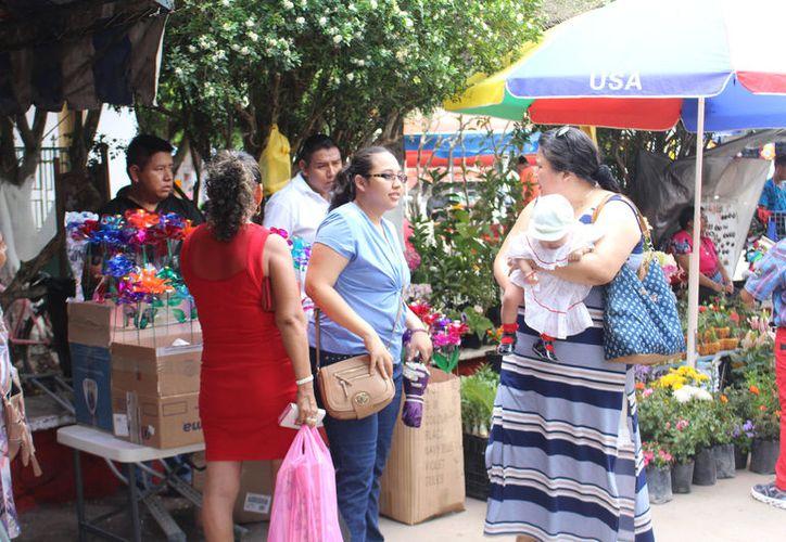 Ofertaron regalos por las mamás desde los 50 hasta los 150 pesos. (José Chi/SIPSE)