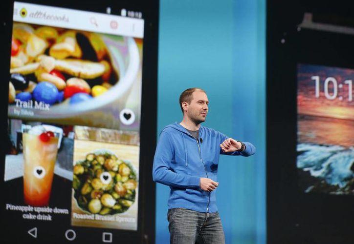 David Singleton, director de Ingeniería, Android, presenta el nuevo LG G Reloj durante un evento en San Francisco, California. (Agencias)