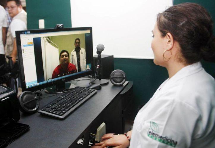 Dos especialistas estarán disponibles para atender a los pacientes del interior del Estado en el área de telemedicina. En la imagen, una doctora y su paciente durante una entrevista médica.(Milenio Novedades)