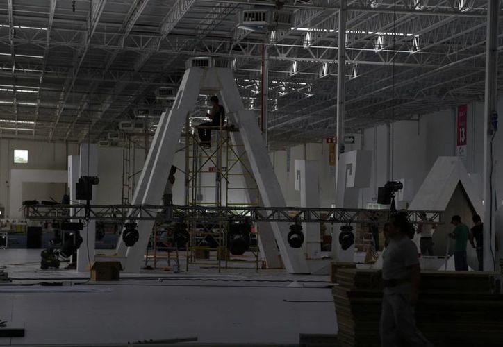 Más de tres mil personas laboran en tres turnos para terminar el montaje de la feria. (Israel Leal/SIPSE)