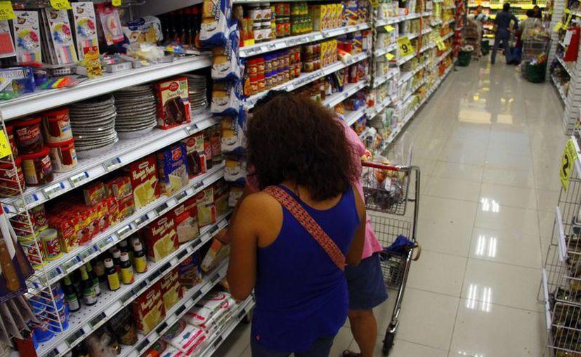 Desde el año pasado, muchas empresas absorbieron los aumentos de diversos productos. Imagen de contexto de una mujer en un supermercado. (Milenio Novedades)