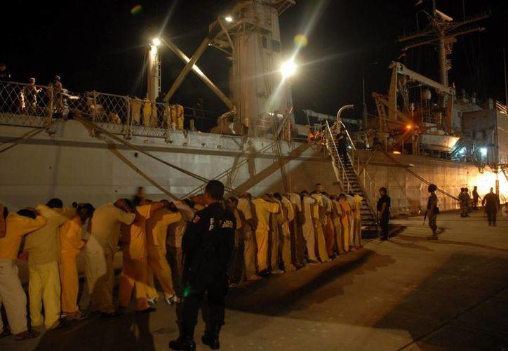 Foto de archivo de traslado de reos al penal de las Islas Marias. (Archivo)