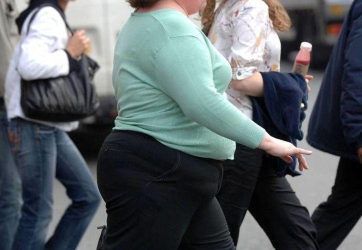 El subsecretario de Prevención y Promoción de la Salud de la Secretaría de Salud federal (SSA), Pablo Kuri Morales, afirmó que el control de males no transmisibles como la obesidad y diabetes es una tarea a largo plazo. El imagen, una mujer con sobrepeso camina por el centro de Mérida. (Milenio Novedades)