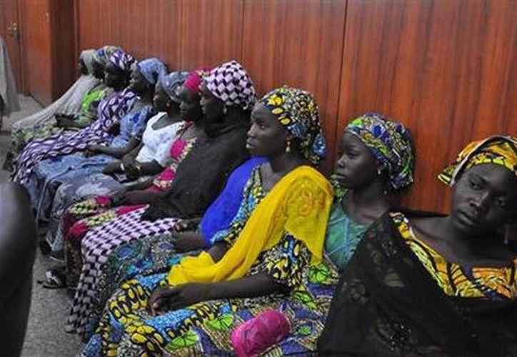 Algunas de las niñas nigerianas que lograron escapar tras ser secuestradas por el grupo extremista Boko Haram, en Maiduguri, Nigeria. (Agencias)