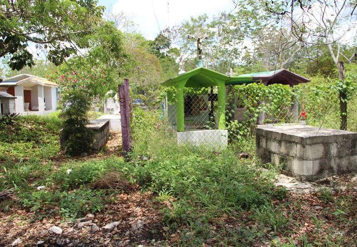 Las inmediaciones del camposanto han recibido poco mantenimiento y no cuentan con alumbrado público. (Carlos Castillo/SIPSE)