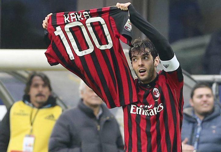Pese a la buena actuación de Kaká, que celebra su gol 100 en la foto, el AC Milan permanece a media tabla en la Liga de Italia. (Agencias)