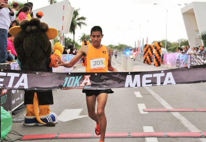 Luis Sánchez Hernández cruza la meta de la carrera de la Anáhuac Mayab de 10 kilómetros. (Milenio Novedades)