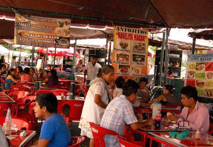 Los comercios de comida dejan la Plaza Grande debido a la falta de conciencia con la basura. (Milenio Novedades)