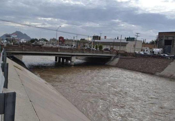 La Fiscalía del estado de Chihuahua señaló que la imprudencia del chofer al conducir aprisa mientras llovía, ocasionó que el auto derrapara y cayera al canal. (laopcion.com.mx)