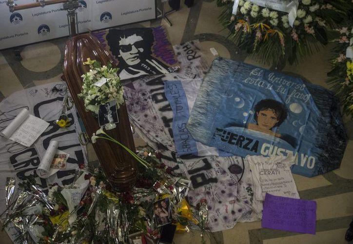 Vista de objetos dejados por seguidores junto al féretro del músico argentino Gustavo Cerati en Buenos Aires. (EFE/Archivo)