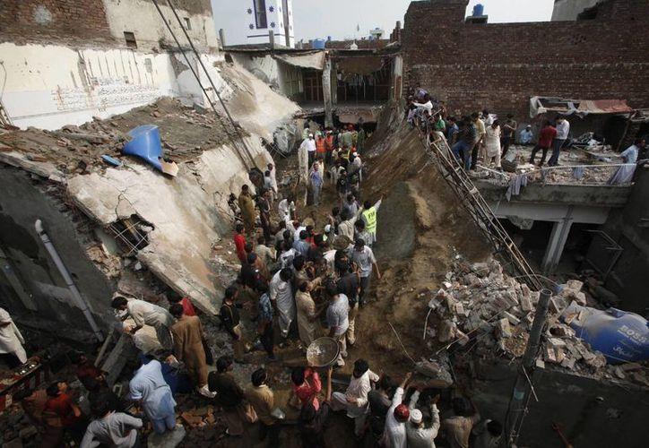 Decenas de personas buscan víctimas tras el derrumbe del tejado de una mezquita en Lahore, Pakistán. (EFE)