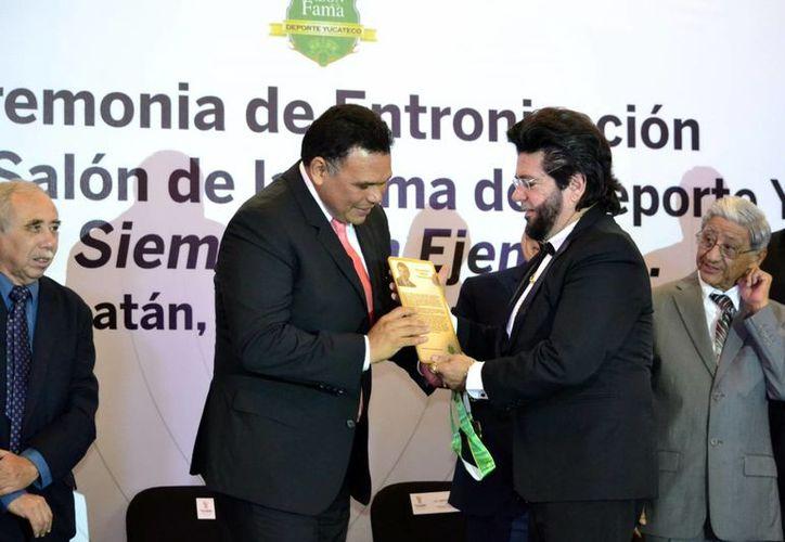Julio Amer recibe el reconocimiento otorgado a su señor padre, Eduardo Amer González (QEPD) (Daniel Sandoval)