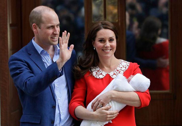 Kate dio a luz a un niño de 3.9 kilos, el tercero de la pareja, en un hospital de Londres.(Foto: AP)