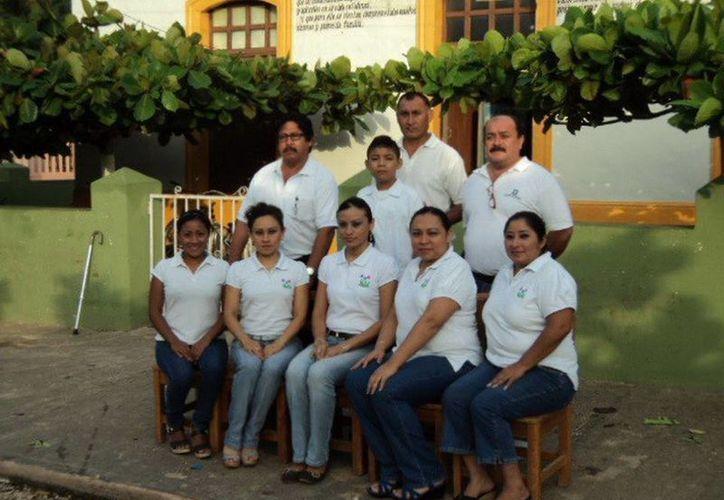 """Los maestros de la escuela """"Julián M. Castillo"""", impulsores de Amaury Chan. (SIPSE)"""